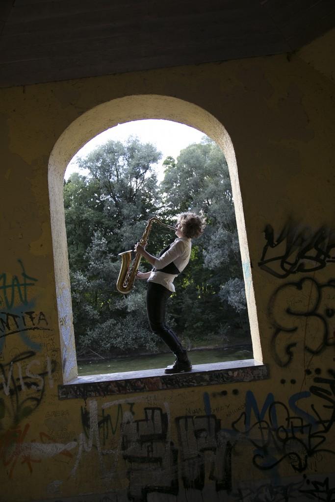 Jasmin Gundermann spielt Saxofon an der Isar in München
