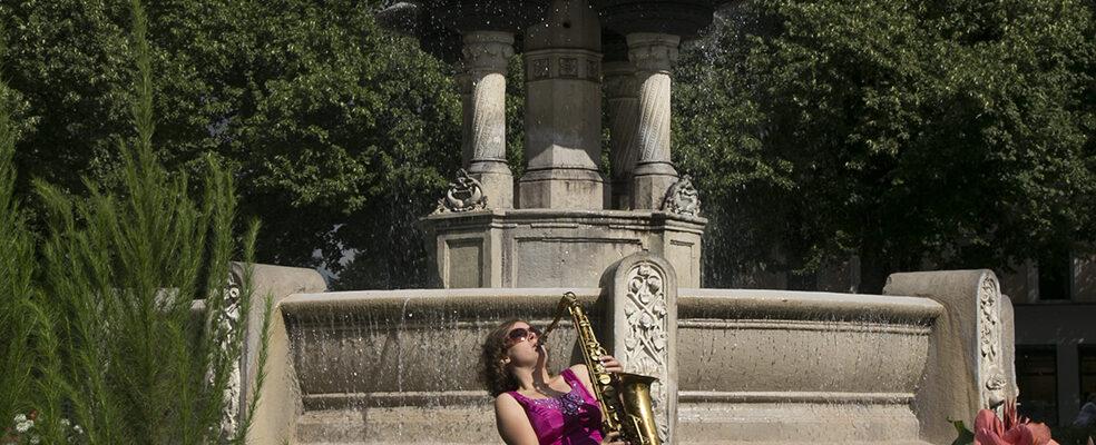 Jasmin Gundermann mit Saxofon am Weissenburger Platz in München