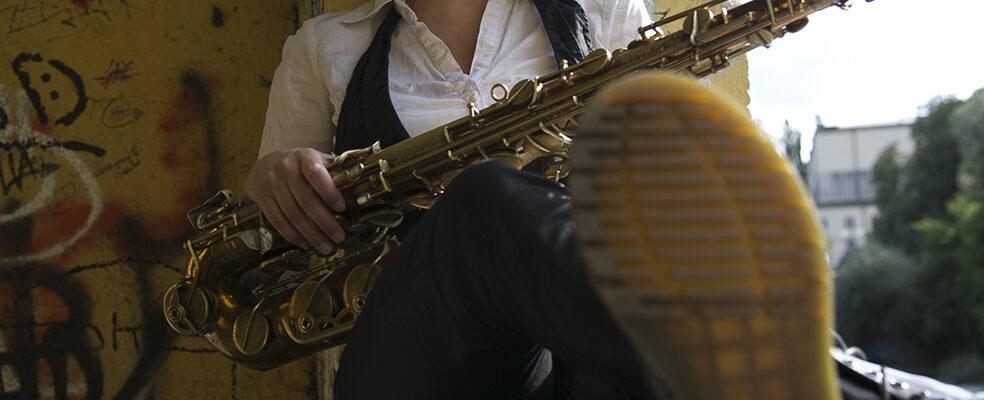 Jasmin Gundermann mit Saxofon an der Isar in München